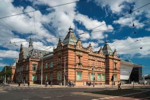 """Het Stedelijk Museum in Amsterdam met aan de rechterkant """"de Badkuip"""". CC-afbeelding: Cycletours Holidays."""