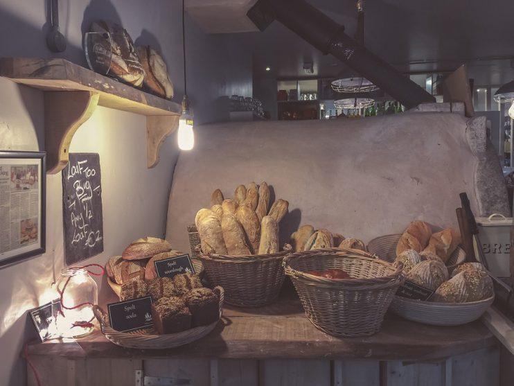 Brood in rieten manden.