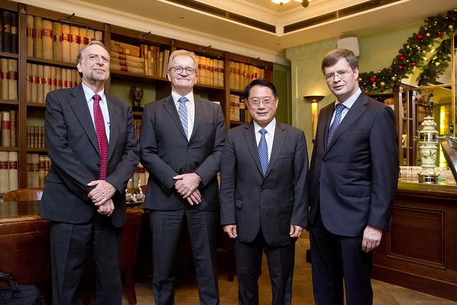 Hans de Boer temidden van Sarwar Hobohm, Li Yong en Jan Peter Balkenende. Foto door Jeroen Poortvliet.