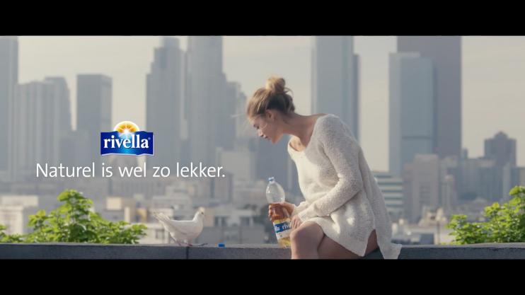 Screenshot van reclamefilmpje van Rivella met Doutzen Kroes: Naturel is wel zo lekker