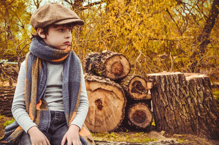 bomen kappen jongen boomstammen