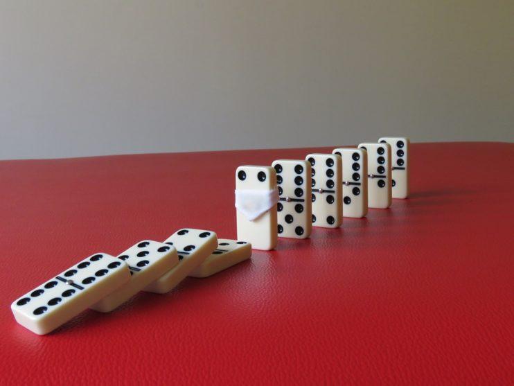 mondkapje covid corona domino